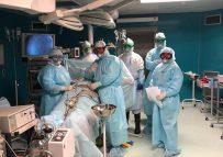Две лапароскопические операции провели врачи больницы скорой неотложной помощи в противочумных костюмах.